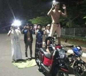 Foto : Remaja Alay Shalat Diatas Motor